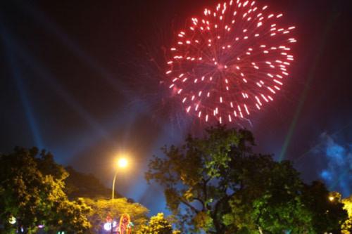 Màn trình diễn ánh sáng, pháo hoa tuyệt đẹp bên Hồ Gươm