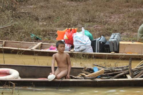 Thằng bé cháu ông Đào tồng ngồng bơi thuyền đi vớt củi