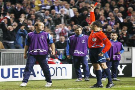 Mignot nhận thẻ đỏ khi... chưa vào sân một phút nào