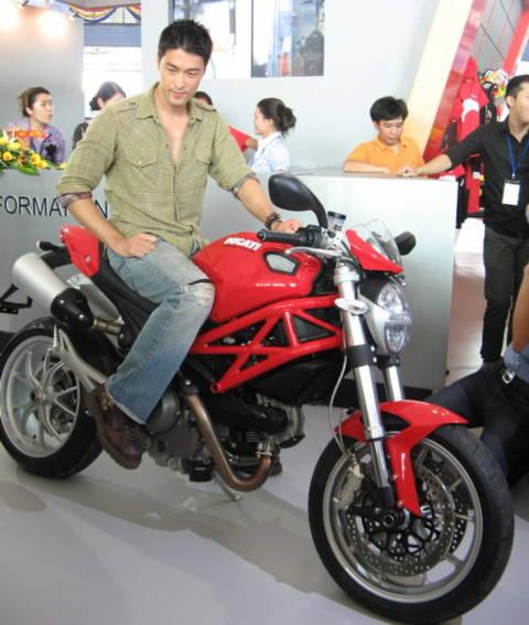 Jonny Trí Nguyễn bên xe Ducati - thương hiệu mà anh làm đại sứ tại Việt Nam.