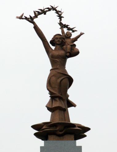 Bức tượng đồng hình mẹ bồng con và cánh chim bồ câu