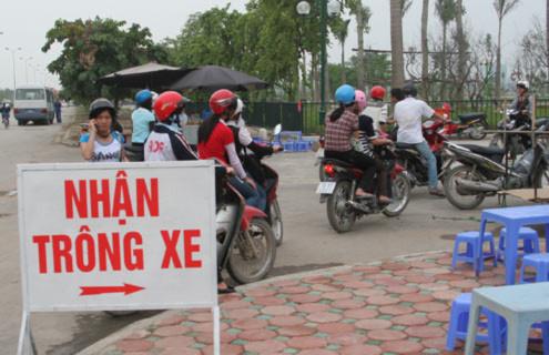 Trông xe máy trên vỉa hè phía đường Phạm Văn Đồng