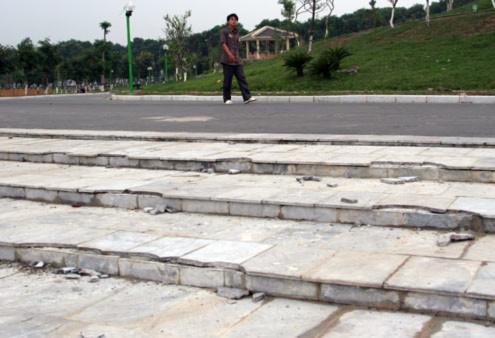 Những bậc lên xuống ốp đá bị sứt, vỡ.
