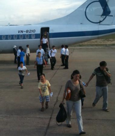 Hành khách vội vã rời khỏi máy bay ATR-72 hôm 8/6 (Ảnh: Vnexpress)