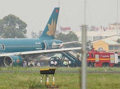 Chiếc máy bay A320 của Vietnam Airlines bị nổ lốp hôm 7/8 tại sân bay Tân Sơn Nhất (Ảnh: CTV)