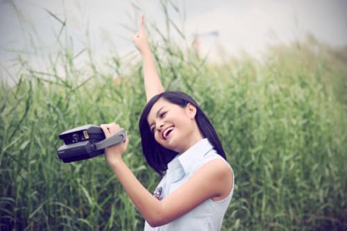 Phạm Quỳnh Anh tươi tắn trên đồng cỏ