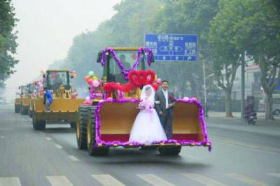Rước dâu bằng xe ủi