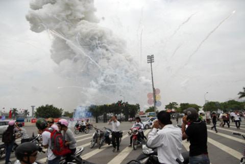 Hiện trường vụ nổ pháo hoa - Ảnh độc giả Quang Huy