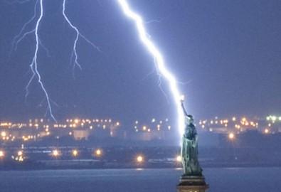 Sét lớn hiếm gặp tấn công tượng Nữ thần Tự do