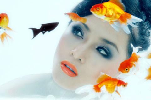 Thái Như Ngọc mơ màng ngắm cá vàng