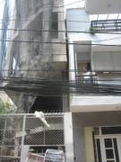 TPHCM: Nghiêng nhà 3 tầng, cả khu phố thót tim
