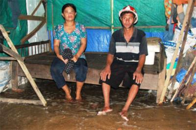 Sóng dân cao, nước chảy sâu vào ngõ xóm làm ngập lụt cục bộ đường và nhà dân.