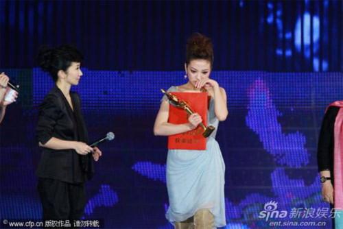 Bước lên sân khấu nhận giải thưởng, Triệu Vy đã không nén được xúc động.