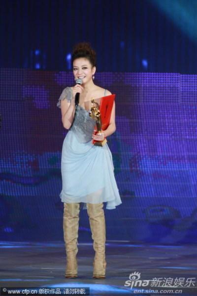 Triệu Vy cũng tiết lộ rằng tới đây cô sẽ hợp tác với nam tài tử Huỳnh Hiểu Minh trong một bộ phim mới. Đó sẽ là bộ phim đầu tiên của én nhỏ sau hai năm vắng bóng.