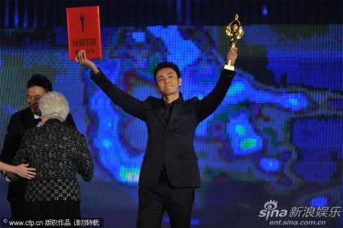 """Ngôi vị ảnh đế của LHP Kim Kê Bách Hoa năm nay được trao cho Trần Khôn với vai diễn trong bộ phim """"Họa bì""""."""