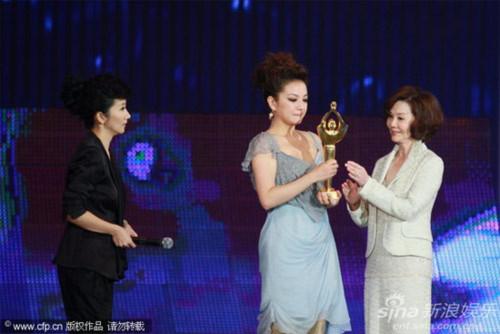 Triệu Vy khóc khi nhận giải Kim Kê