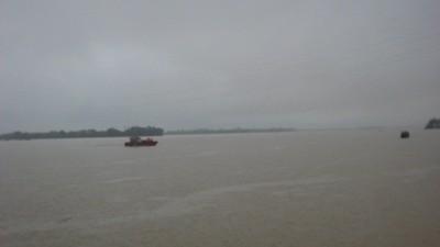 Vô vọng tìm kiếm hành khách và xe giữa biển nước