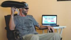 Kỷ lục Guinness: Hơn 1 giờ quay gối trên ngón tay