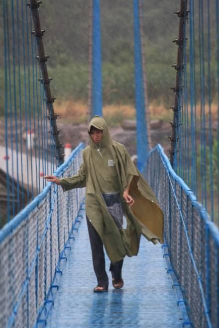 Hối hả chuẩn bị khánh thành cầu Dân trí bắc qua sông Pô Kô