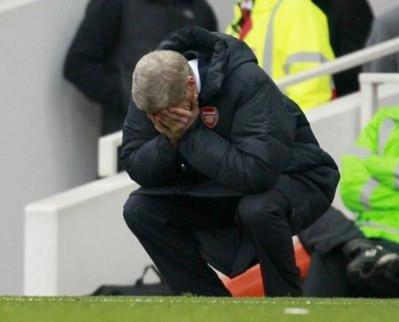 HLV Wenger bưng mặt thất vọng trong trận thua Tottenham.
