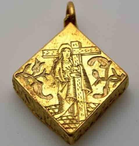 Bé 3 tuổi phát hiện cổ vật bằng vàng