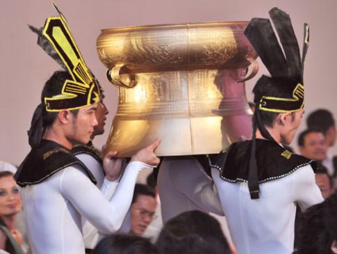 Chiếc trống đồng kỷ vật 1.000 năm Thăng Long - Hà Nội được đúc thủ công, có đường kính 60cm, cao 48cm được mang lên sân khấu đêm đấu giá.