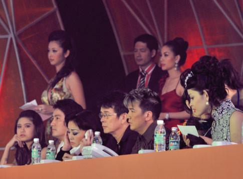 các ca sĩ tham dự chương trình ngồi ở hàng ghế tổng đài trực điện thoại