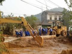 Bùn thải từ sự cố vỡ đập tiếp tục tràn ra sông suối