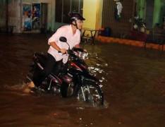 Giao thông Sài Gòn hỗn loạn vì đường ngập