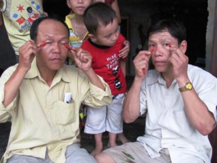"""Hai """"dị nhân"""" ăn ớt được xác lập kỷ lục Việt Nam"""