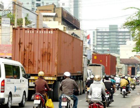 'Hung thần' container tung hoành ở Sài Gòn