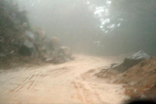 Khổng Tú Quỳnh vượt bão lũ đến phim trường