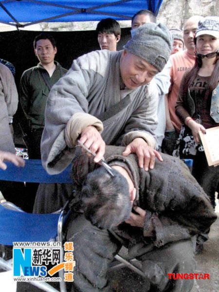 Lưu Đức Hoa bị Thành Long cắt tóc nham nhở
