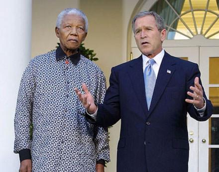 Ông Mandela tới thăm Tổng thống Mỹ Bush tại Nhà Trắng năm 2001. Ảnh: AP