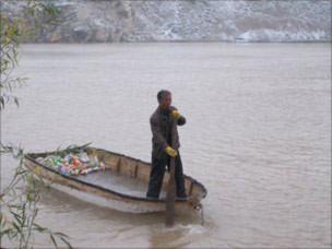 Nghề vớt xác người để bán trên sông Hoàng Hà.