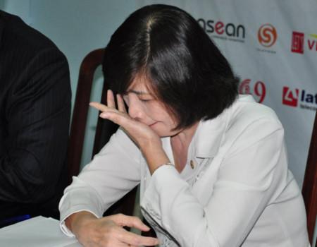 Bà Nguyễn Thị Huệ, Chủ tịch Hội Chữ thập đỏ TP HCM rơi nước mắt vì bị đùa trong cuộc đấu giá hàng chục tỷ đồng. Ảnh: Thiên Chương.