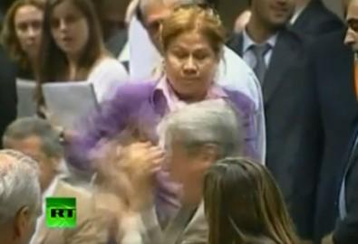 Nữ chính trị gia đấm vào mồm đồng nghiệp nam