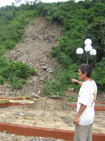 Núi đổ, đất cựa nứt nhà khi gia chủ đang ăn