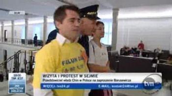 Nghị viện Ba Lan Một cảnh chụp màn hình từ TVP24 của Ba Lan về hai người biểu tình đang bị an ninh nghị viện dẫn đi (Ảnh chụp màn hình của TVP24)