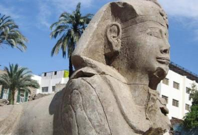 Một bức tượng nhân sư vừa được khai quật tại thành phố Luxor, Ai Cập. Ảnh: NatGeo.