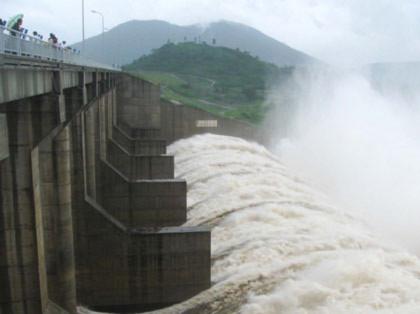 Thủy điện sông Ba Hạ (Phú Yên) ào ạt xả lũ - Ảnh: Xuân Huy