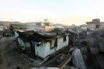 Những ngôi nhà bị phá huỷ do đạn pháo của miền bắc trên đảo Yeonpyeong. Ảnh: AP