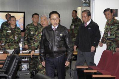Tổng thống Hàn Quốc Lee Myung-bak họp khẩn với các quan chức an ninh sau vụ giao tranh. Ảnh: AP