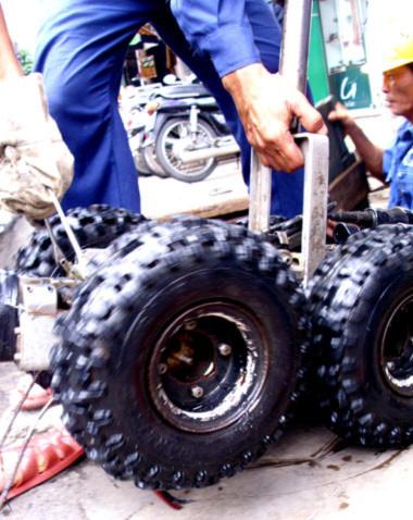 Trong năm qua, Công ty thoát nước đô thị TP HCM đã triển khai được 4 tuyến đường là Tỉnh lộ 43 (qua đoạn Thủ Đức), Nguyễn Văn Quá (quận 12), Hai Bà Trưng (quận 1) và Lãnh Binh Thăng. Ngày 16/11 tới, họ sẽ làm ở đường Hồng Bàng.