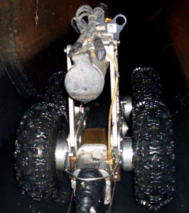 Con robot đang đi sâu vào trong lòng cống, kiểm tra những chi tiết nhỏ nhất có thể gây ra