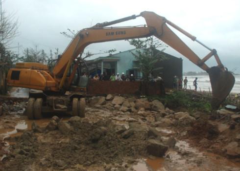 Giải tỏa điểm sạt lở, đất đá tràn xuống đường ở Quảng Ngãi. Ảnh: Trí Tín