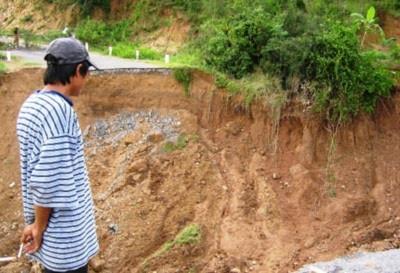 Đường thành hố bom do sụt đất kinh hoàng