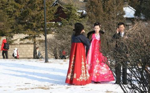 Cảnh đám cưới trên một quảng trường ở Bình Nhưỡng. Ảnh: NYT.