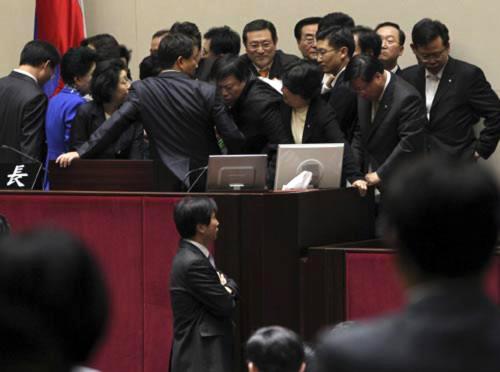 Chính trị gia Hàn Quốc cầm búa đánh nhau
