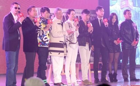 """Đạo diễn Vương Gia Vệ và dàn diễn viên """"Nhất đại tông sư"""" trên sân khấu. Trong số các MC có Trương Quốc Lập (đứng thứ 2 từ trái sang)"""
